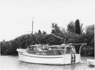 GAY DAWN WARKWORTH RIVER CIRCA 1961 NOTE 2 EXHAUST OUTLETS IN STERN