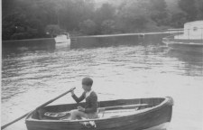 Ken Ricketts sculling towards Kororo